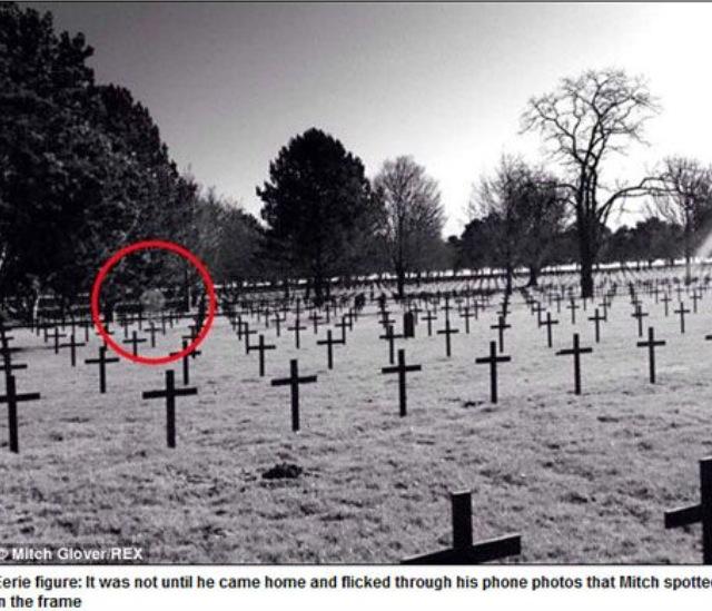 Un joven britu00e1nico fotografu00eda un fantasma en un cementerio militar ...