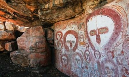 El arte rupestre existen en la misteriosa cueva de Australia es sencilla sorprendente, y podría tener 50.000 años de antigüedad, siendo la expresión más antigua conocida.